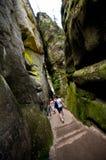 Touristen im Felsen-Stadtpark, Adrspach, Tschechische Republik Stockfotos