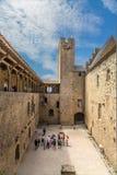 Touristen im Hof des Schlosses Comtal in der Festung von Carcassonne (Frankreich), 1130 Lizenzfreies Stockbild