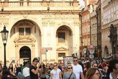 Touristen im Prag-Stadtzentrum Lizenzfreie Stockfotos
