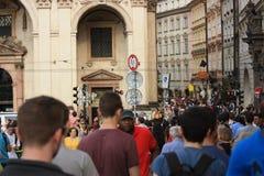 Touristen im Prag-Stadtzentrum Stockbild