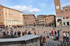 Touristen im Quadrat von Siena Italien lizenzfreies stockbild