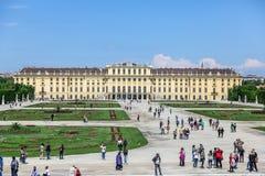 Touristen im Schonbrunn-Palast arbeiten, Wien im Garten Lizenzfreie Stockfotografie