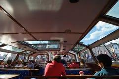 Touristen im Stockholm-Boot Stockfotografie