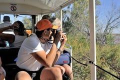 Touristen im touristischen Zug zum Besuchen das Salzgeschäft Stockfotografie