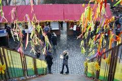Touristen im Wochenendenbasar in Prag Lizenzfreies Stockfoto