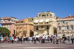 Touristen im zentralen Quadrat in Monaco-Ville Lizenzfreie Stockfotos