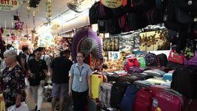 Touristen kaufen traditionelle vietnamesische Andenken bei berühmten Ben Thanh Market stock video footage
