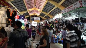 Touristen kaufen traditionelle vietnamesische Andenken bei berühmten Ben Thanh Market stock footage