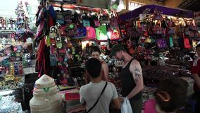 Touristen kaufen traditionelle vietnamesische Andenken bei berühmten Ben Thanh Market stock video