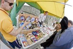 Touristen kaufen verschiedene Andenken mit Symbolen des Mamaev Kurgan Stockbilder