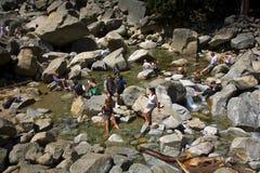 Touristen kühlen ihre Beine im See des unteren Yosemite-wate ab Lizenzfreie Stockfotos