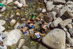 Touristen kühlen ihre Beine im See des unteren Yosemite-wate ab Stockbild