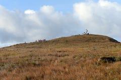 Touristen klettern zum Monument des Albatros auf dem Kap, aufgerichtet zu Ehren der Seeleute, die beim Versuchen, Kap Hoorn zu ru Lizenzfreies Stockfoto