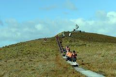 Touristen klettern zum Monument des Albatros auf dem Kap, aufgerichtet zu Ehren der Seeleute, die beim Versuchen, Kap Hoorn zu ru Stockfotos