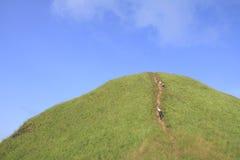 Touristen klettern zum Standpunkt Lizenzfreie Stockfotografie