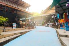 Touristen kommen, Andenken zu kaufen und Lebensmittel auf gehender Straße zu essen Stockbild