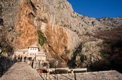 Touristen kommen vom historischen Dorf in den Bergen Stockfotos