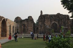 Touristen an Komplex Qutab Minar Lizenzfreie Stockfotografie