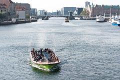 Touristen kreuzen auf einer Fähre hinunter einen europäischen Fluss lizenzfreies stockfoto