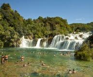 Touristen an Krka-Wasserfällen, Kroatien Stockfotos