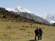Touristen in Langtang-Trekking lizenzfreies stockbild