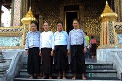 Touristen machen das Foto im königlichen Schutz am großartigen Palast lizenzfreies stockfoto