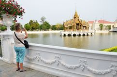 Touristen machen Foto im Knall-Schmerz-Palast in Ayutthaya, Thail Lizenzfreie Stockfotos