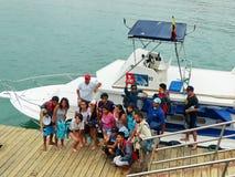 Touristen machen Fotos auf dem Pier stockfotografie