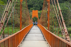 Touristen machen Fotos auf der roten Brücke stockfotografie