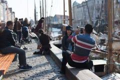Touristen machen Fotos und genießen einen schönen europäischen Hafen stockbild