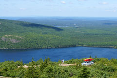 Touristen mit aufpassendem Panorama des Autos und des Kanus vom Gipfel von Cadillac-Berg Stockfotografie