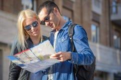 Touristen mit Karte lizenzfreies stockbild