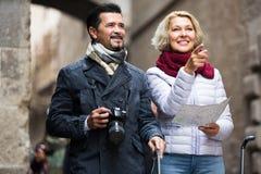 Touristen mit Karte und Gepäck Stockbilder