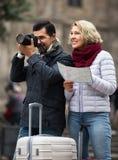 Touristen mit Karte und Gepäck Lizenzfreie Stockfotografie