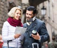 Touristen mit Karte und Gepäck auf Stadtstraße Lizenzfreies Stockbild