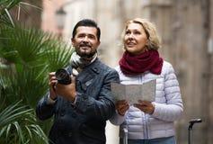 Touristen mit Karte und Gepäck auf Stadtstraße Stockbilder