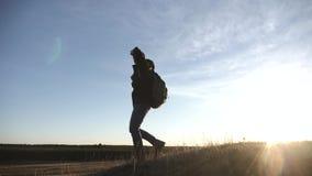 Touristen mit Rucksäcken an der Sonnenuntergangreise durch die Berge Das Konzept eines gesunden Lebensstils stock video footage