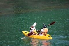 Touristen mit Videokameras sind genießen das Kayak fahren Stockfotos
