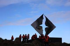 Touristen am Monument auf Hornos-Insel Kap Hoorn chile lizenzfreie stockfotografie