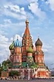 Touristen nähern sich der Kathedrale St-Basilikums auf Rotem Platz Lizenzfreies Stockfoto