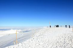 Touristen nähern sich der Schweizer Markierungsfahne beim Jungfraujoch Lizenzfreies Stockfoto