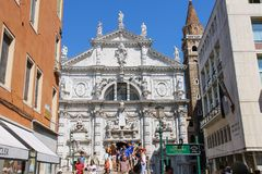 Touristen nähern sich Kirche des Heiligen Moses Basilica di San Moise in V Stockfoto
