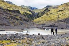 Touristen nähern sich Pool von Solheimajokull-Gletscher Lizenzfreie Stockfotografie