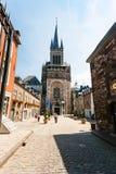 Touristen nähern sich Westturm von Aachen-Kathedrale Stockfotografie