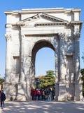 Touristen nahe ACRO-dei Gavi in Verona-Stadt Stockbilder