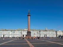 Touristen nahe Alexander Column im Palast-Quadrat St Petersburg, Russland Stockfoto
