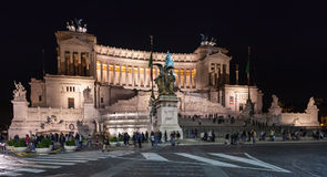 Touristen nahe Altare-della Patria in der Nacht Stockbild