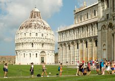 Touristen nahe bei der Kathedrale bei Piazza Del Duomo in Pisa, Italien Stockbilder