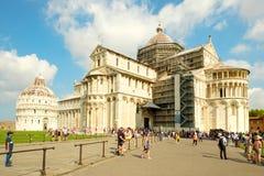 Touristen nahe bei der Kathedrale bei Piazza Del Duomo in Pisa, Italien Lizenzfreies Stockbild