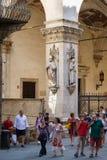 Touristen nahe bei einem Altbau in der mittelalterlichen Stadt von Siena, Lizenzfreies Stockfoto